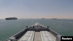 Chiến hạm USS Duncan của Hải quan Hoàng gia Anh băng qua kênh đào Suez để tiến vào vùng Vịnh.