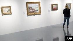 """Une femme contemple des peintures lors d'une exposition intitulée """"La Méditerranée et l'art moderne"""" au Musée d'Art Moderne et Contemporain Mohammed VI, à Rabat, le 24 avril 2018."""