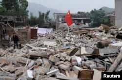 Ðống đổ nát tại làng Long Môn thuộc huyện Lỗ Sơn, tỉnh Tứ Xuyên