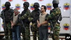 Venezuelan soldiers escort Colombian drug-trafficking boss Maximiliano Bonilla Orozco (R) and Gildardo de Jesús García Cardona, before being extradited to the United States, in Caracas on December 15, 2011.