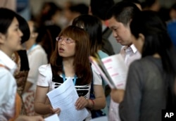 求职者在北京的一个招聘会上(2013年5月25日)