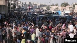 Warga Suriah ketika dievakuasi oleh para pejuang Kurdi Lasykar Demokrasi Suriah (SDF) dari lokasi konflik di Manbij, hari Jumat (12/8).