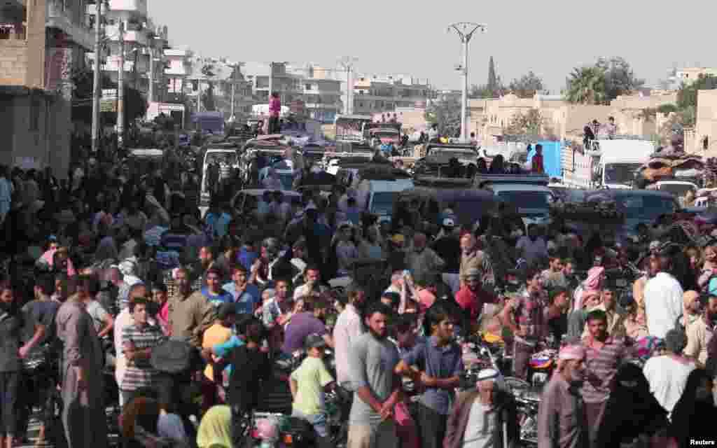 Warga sipil berkumpul setelah dievakuasi oleh Pasukan Demokratis Suriah (SDF) dari kota Manbij yang dikuasai ISIS di Aleppo, Suriah (12/8). (Reuters/Rodi Said)
