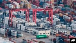 中国上海洋山港的集装箱(2018年3月29日)