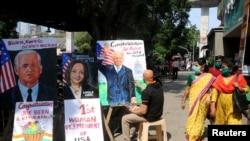 印度孟买街头艺术家描绘美国当选总统和副总统的肖像(路透社2020年11月8日)