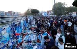 Warga meluapkan duka cita mereka atas meninggalnya legenda sepak bola Argentina, Diego Maradona, di Stadion San Paolo, Naples, Italia, 26 November 2020.