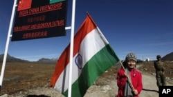 一名印度女孩在中印边界线附近手持印度国旗