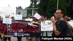 Wartawan dan aktivis HAM hari Jumat (25/1) berunjuk rasas di seberang Istana Negara, Jakarta Pusat menentang remisi yang diberikan Presiden Joko Widodo, terhadap terpidana otak pembunuhan jurnalis Radar Bali (foto: VOA/Fathiyah Wardah)