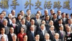 台湾总统马英九(中)与台驻外使节合影