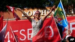 ພວກຜູ້ສະໜັບສະໜູນແກວ່ງທຸກໄປມາ ໃນຂະນະທີ່ພວກເຂົາເຈົ້າລໍຖ້າປະທານາທິບໍດີຂອງ ເທີກີ ທ່ານ Recep Tayyip Erdogan ເດີນທາງຮອດການຊຸມນຸມຄັ້ງສຸດທ້າຍກ່ອນການລົງປະຊາມະຕິ. ນະຄອນ ອິສຕັນບູລ, ປະເທດ ເທີກີ. 15 ເມສາ, 2017.