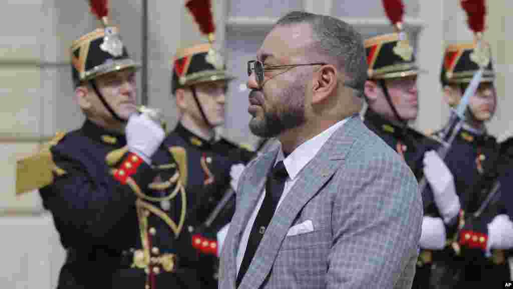 Le roi Mohammed VI à son arrivé pour rencontrer François Hollande, au Palais de l'Élysées à Paris, en France, le 2 mai 2017.