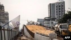 """Le 26 février 2020, un pont """"saut-de-mouton"""" en construction sur le boulevard Mandela à Kinshasa, dans le cadre du projet """"100 jours"""" du président de la RDC."""