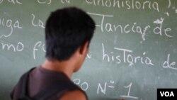 """Rafael Correa, quien fue docente universitario, busca acabar con las """"universidades de garaje""""."""