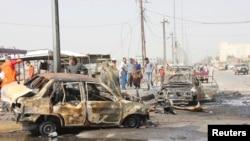2013年5月20日伊拉克南部的巴士拉居民查看发生爆炸的现场。