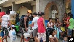 태풍 '하구핏'이 필리핀에 접근 중인 가운데, 4일 타클로반 시민들이 구호소로 대피하고 있다.
