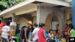 Dân chúng đến trung tâm lánh bảo trong thành phố Tacloban, tỉnh Leyte, Philippines, 4/12/14