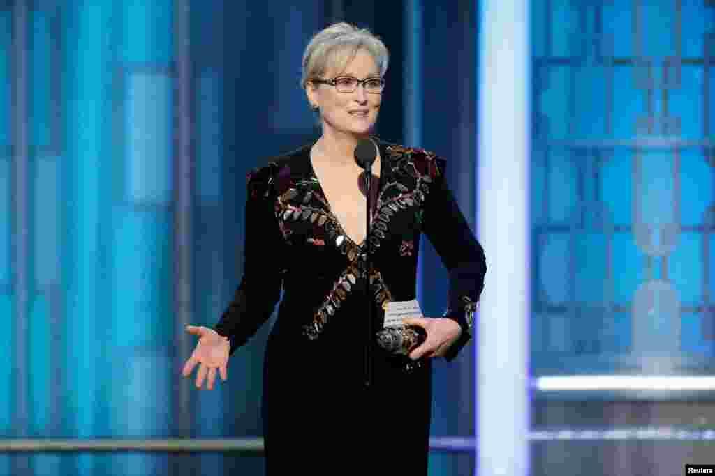 តារាសម្តែង Meryl Streep ទទួលពានរង្វាន់ Cecil B. DeMille ក្នុងកម្មវិធីប្រគល់ពានរង្វាន់ Golden Globe ប្រចាំឆ្នាំលើកទី៧៤ នៅទីក្រុង Beverly Hills រដ្ឋកាលីហ្វ័រញ៉ាកាលពីថ្ងៃទី០៨ មករា ២០១៧។