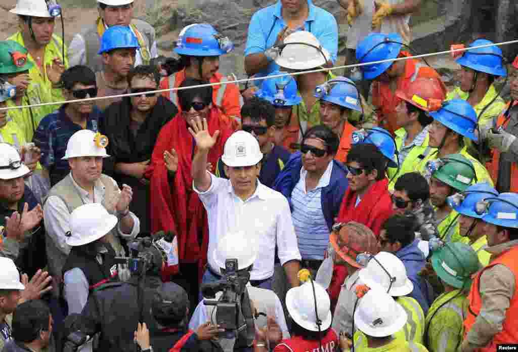 El presidente Ollanta Humala y sus familiares los recibieron en la boca del túnel de la mina cuprífera Cabeza de Negro, escenario del drama que tuvo en vilo a Perú por casi una semana.