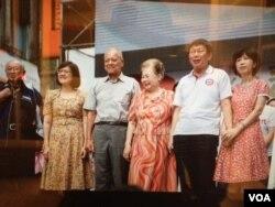 无党籍台北市长候选人柯文哲夫妇(右一、右二)在造势大会上 (美国之音许波 拍摄)