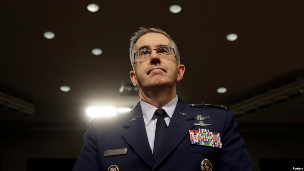 Tướng Không quân Mỹ John Hyten, chỉ huy Bộ Tư lệnh Chiến lược Hoa Kỳ, đến dự một phiên điều trần của Ủy ban Quân vụ Thượng viện trong Điện Capitol, Washington, ngày 4 tháng 4, 2017.