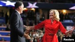 Ứng cử viên tổng thống của đảng Cộng hòa Mitt Romney và vợ Ann Romney trên sân khấu Đại hội Toàn quốc Đảng Cộng hòa, ngày 28/8/2012