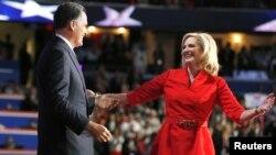 El candidato republicano Mitt Romney sube al escenario para abrazar a su esposa Ann, luego de su discurso ante la Convención Nacional Republicana, el martes 28 de agosto por la noche.