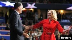 Capres partai Republik Mitt Romney menyambut isterinya di panggung seusai Ann Romney memberikan pidato di depan konvensi nasional partai Republik (28/8).