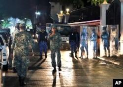 马尔代夫军人在首都马累主要街头巡逻。(2018年2月5日)