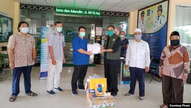 Satgas Peduli PWNU NTB serahkan APD ke rumah sakit. (foto NU)