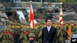 Thủ Tướng Nhật Shinzo Abe, ở giữa, duyệt binh trong Ngày Lực Lượng Tự vệ Nhật Bản tại Căn cứ Không quân Asaka ở Asaka, phía Bắc Tokyo, ngày 14/10/2018. (AP Photo/Eugene Hoshiko)
