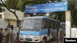Mobil polisi India membawa empat pemerkosa dan pembunuh perempuan 27 tahun di atas bis di New Delhi, meninggalkan kantor polisi di Shadnagar, luar kota Hyderabad, India. (Foto: dok).