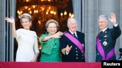 Raja baru Belgia, Philippe (kanan) dan Ratu Mathilde (kiri) mendampingi Raja Albert II dan Ratu Paola, melambaikan tangan kepada warganya dari balkon istana Kerajaan Belgia di Brussels (21/7).
