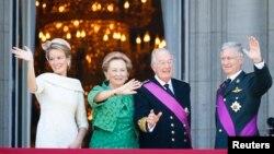 Los monarcas salientes Alberto II y Paola al centro en la foto, flanqueado por la nueva reina Mathilde a la izquierda y el ahora rey Felipe a la derecha en los balcones del Palacio Real en Bruselas.