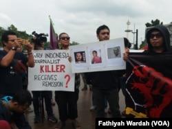 Remisi yang diberikan oleh Presiden Joko Widodo kepada otak pembunuhan wartawan Radar Bali, I Nyoman Susrama, memicu unjuk rasa dari kalangan wartawan dan aktivis HAM di sebrang Istana Negara (25/1), Jakarta Pusat (foto: VOA/Fathiyah Wardah)