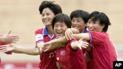 골을넣고 기뻐하는 북한 선수들(자료사진)