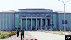 មនុស្សម្នាដើរនៅពីមុខអគារ National Reconciliation and Peace Center នៅក្នុងក្រុង Nay Pyi Taw ខណៈដែលលោកស្រី Aung San Suu Kyi រៀបចំកិច្ចពិភាក្សាជាមួយនឹងតំណាងដែលមិនមែនជាហត្ថលេខីនៃកិច្ចព្រមព្រៀងឈប់បាញ់គ្នា Nationwide Ceasefire Agreement នៅក្នុងក្រុង Naypyita ប្រទេសមីយ៉ាន់ម៉ា កាលពីថ្ងៃទី១ ខែមីនា ឆ្នាំ២០១៧។