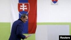 Ông Radoslav Prochazka, lãnh đạo đảng Siet đi bỏ phiếu bầu ở Trnava, Slovakia, 5/3/2016.