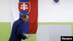 ທ່ານ Radoslav Prochazka ຜູ້ນຳຂອງພັກ Siet ໄປປ່ອນບັດ ທີ່ເມືອງ Trnava ປະເທດສະໂລວາເກຍ ວັນທີ 5 ມີນາ 2016.