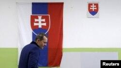 Radoslav Prochazka, pemimpin partai Siet, tiba untuk di TPS dalam pemilu parlemen di Trnava, Slowakia, 5 Mar 2016.