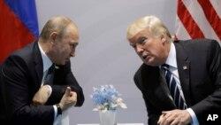 Presiden Donald Trump (kanan) bertemu dengan Presiden Rusia Vladimir Putin di sela-sela pertemuan KTT G-20, di Hamburg, Jerman, 7 Juli 2017.