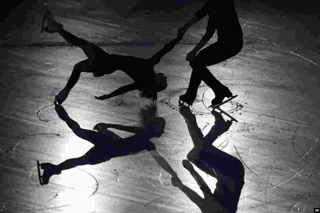 នាង Kirsten Moore-Towers និងលោក Michael Marinaro មកពីកាណាដាសម្តែងនៅក្នុងការតាំងពិព័រណ៍ហ្គាឡាសម្រាប់ការប្រកួតជិះស្គីទឹកកក ISU Grand Prix of Figure Skating នៅក្នុងក្រុង Sapporo ភាគខាងជើងនៃប្រទេសជប៉ុន។