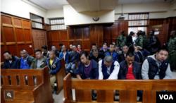 纽约时报关于肯尼亚向中国大陆遣返台湾人的报道,照片中是40名被告,包括5名台湾人。他们被法院判决无罪后押上了中国派来的民航包机(纽约时报网站截图)。