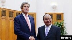 Ngoại trưởng Mỹ John Kerry và Thủ tướng Việt Nam Nguyễn Xuân Phúc tại Văn phòng Chính phủ ở Hà Nội, 13/1/2017.