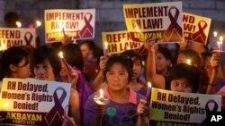 Para demonstran di Manila memprotes keputusan Mahkamah Agung Filipina yang menunda pelaksanaan UU Kesehatan Reproduksi. (AP/Bullit Marquez)