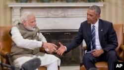 ປະທານາທິບໍດີ Barack Obama ຍື່ນມືສຳພັດກັບ ນາຍົກ ລັດຖະມົນຕີອິນເດຍ ທ່ານ Narendra Modi ລະຫວ່າງກອງ ປະຊຸມທີ່ ທຳນຽບຂາວ ຢູ່ນະຄອນຫລວງ Washington, ວັນທີ 7 ມິຖຸນາ 2016.