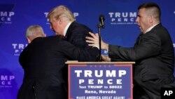 """Transcurridos unos diez minutos, Trump volvió al escenario y afirmó: """"Nadie dijo que iba a ser fácil para nosotros."""