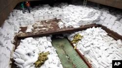 7月16日被巴拿马扣留的朝鲜船只的装有食糖的船舱。