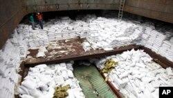 Các thiết bị phi đạn được dấu trong lô hàng đường nâu trên tàu của Bắc Triều Tiên.