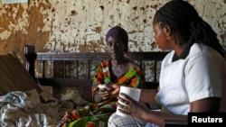 브룬디 간호사가 말라리아 환자에게 약을 건내고 있다. (자료사진)