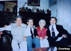 Chủ nhiệm Bách Khoa Lê Ngộ Châu tới thăm nhà văn Linh Bảo tại Thành phố Giữa Đường / Midway City (1995); từ phải, Ngô Thế Vinh, Linh Bảo, Lê Ngộ Châu, Võ Phiến. [tư liệu Ngô Thế Vinh]